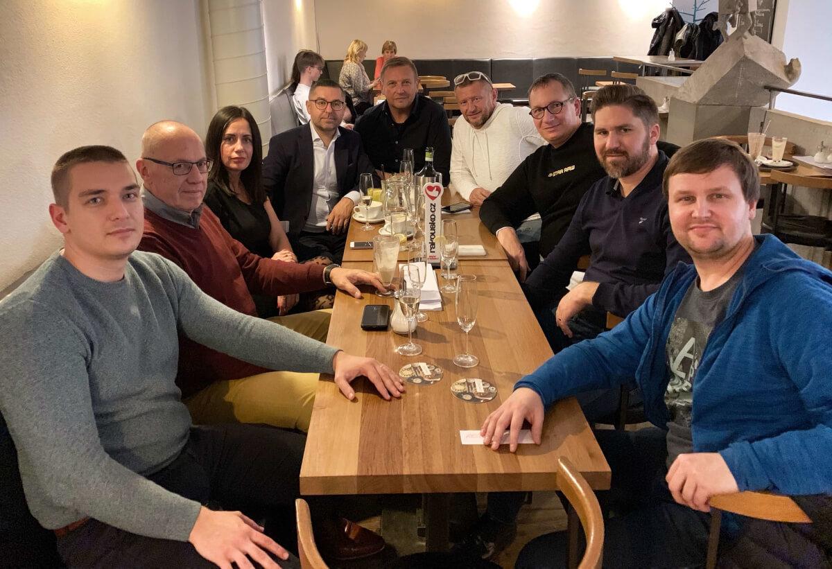 Zleva já, Petr Čeněk, manželé Kuchařovi, Vraťo Špalek, Petr Kopal, David Prachař, Radek Máčala, Honza Kavalec