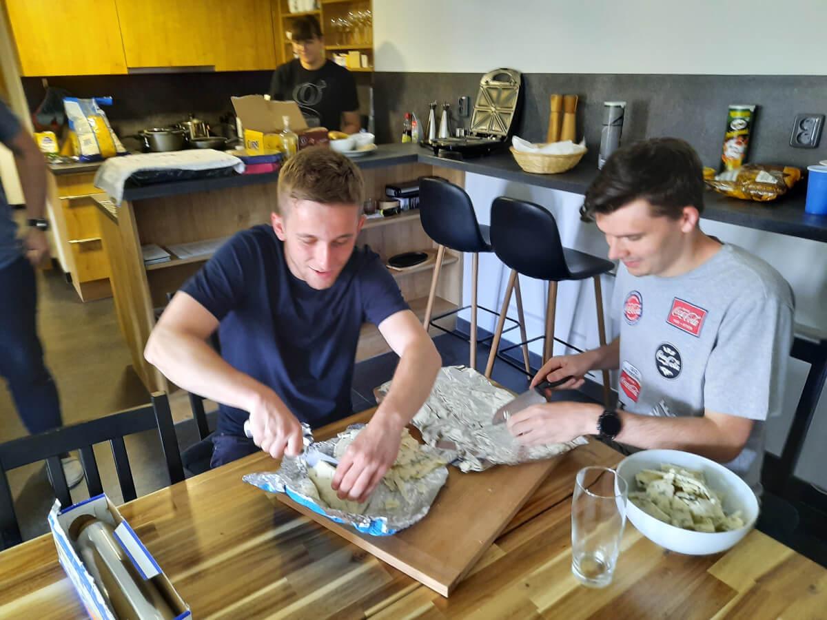 Richard s Davidem krájí tříkilovou gorgonzolu