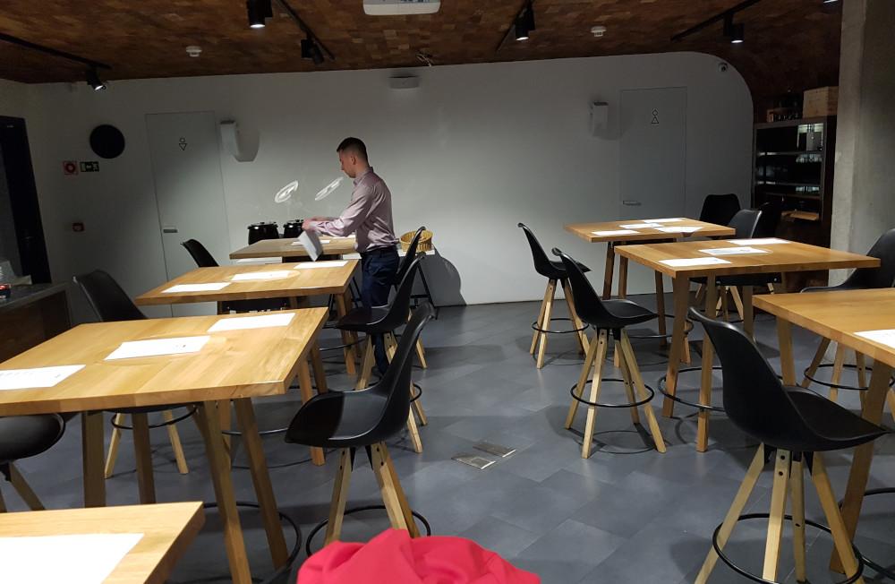 Příprava stolů Net Forest ve WineBar