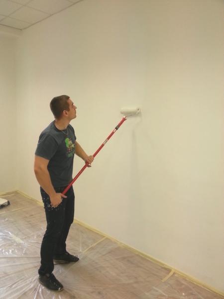 Michal maluje stěny